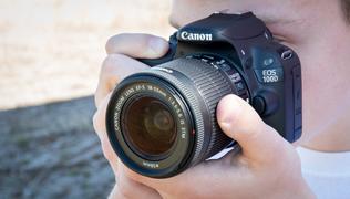 Что в коробке: зеркальная камера Canon EOS 100D.