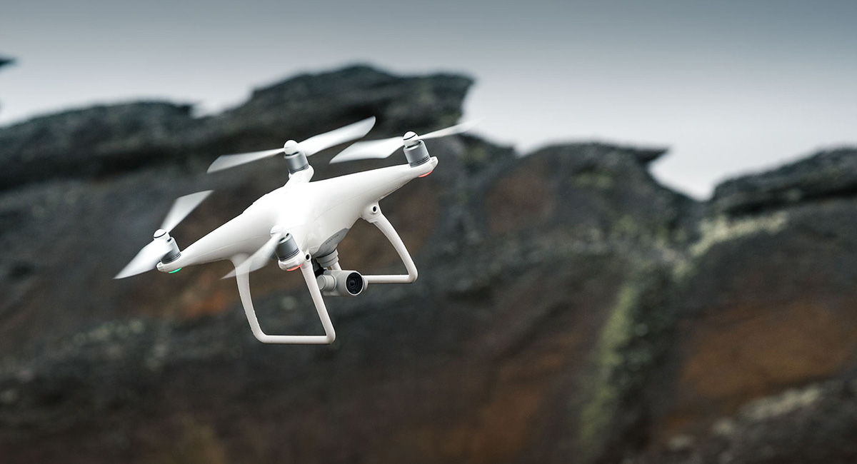 Дрон DJI Phantom 4 летает сам, обходя препятствия