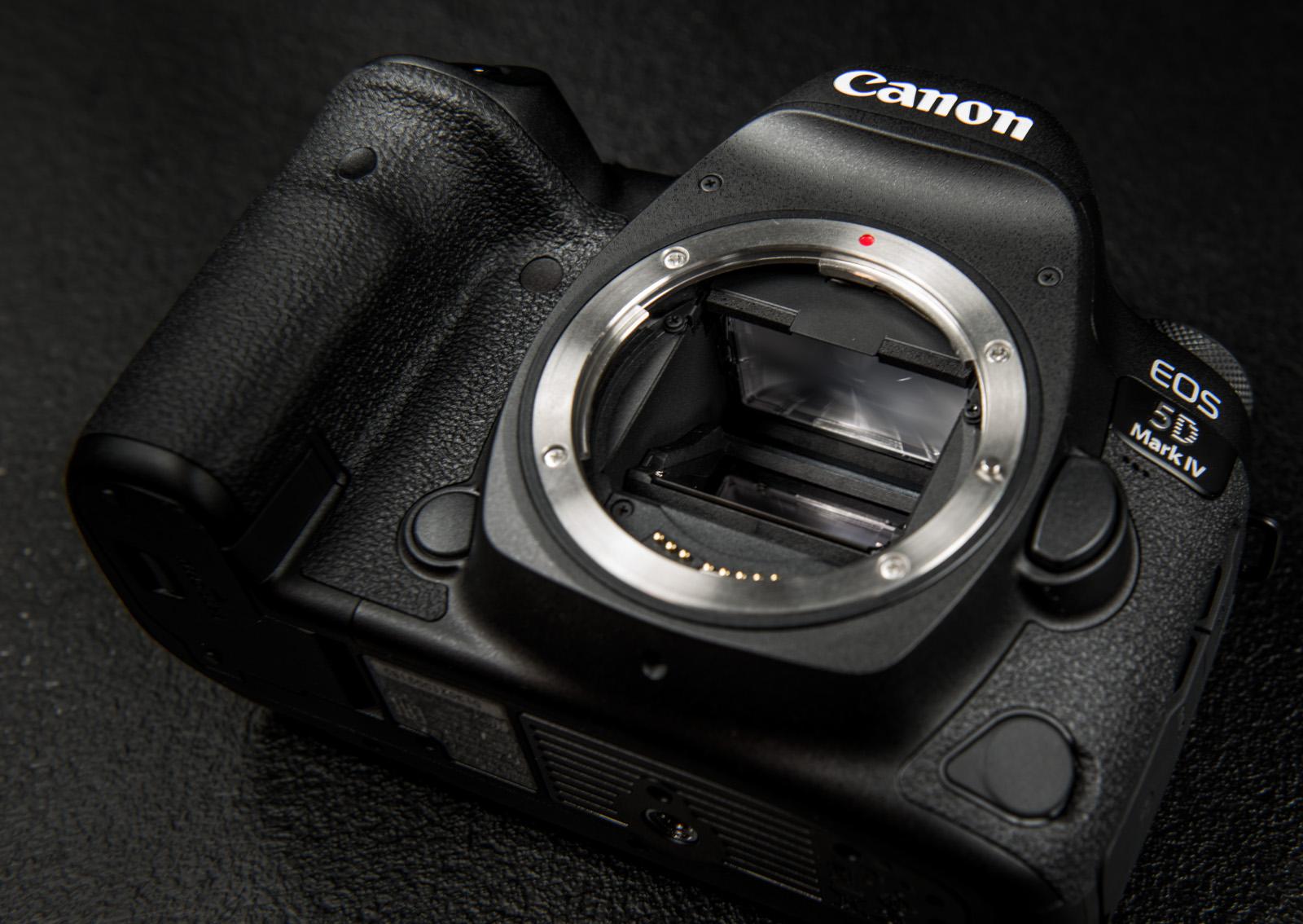 В подарок к корпусу Canon EOS 5D Mark IV  быстрая карта памяти