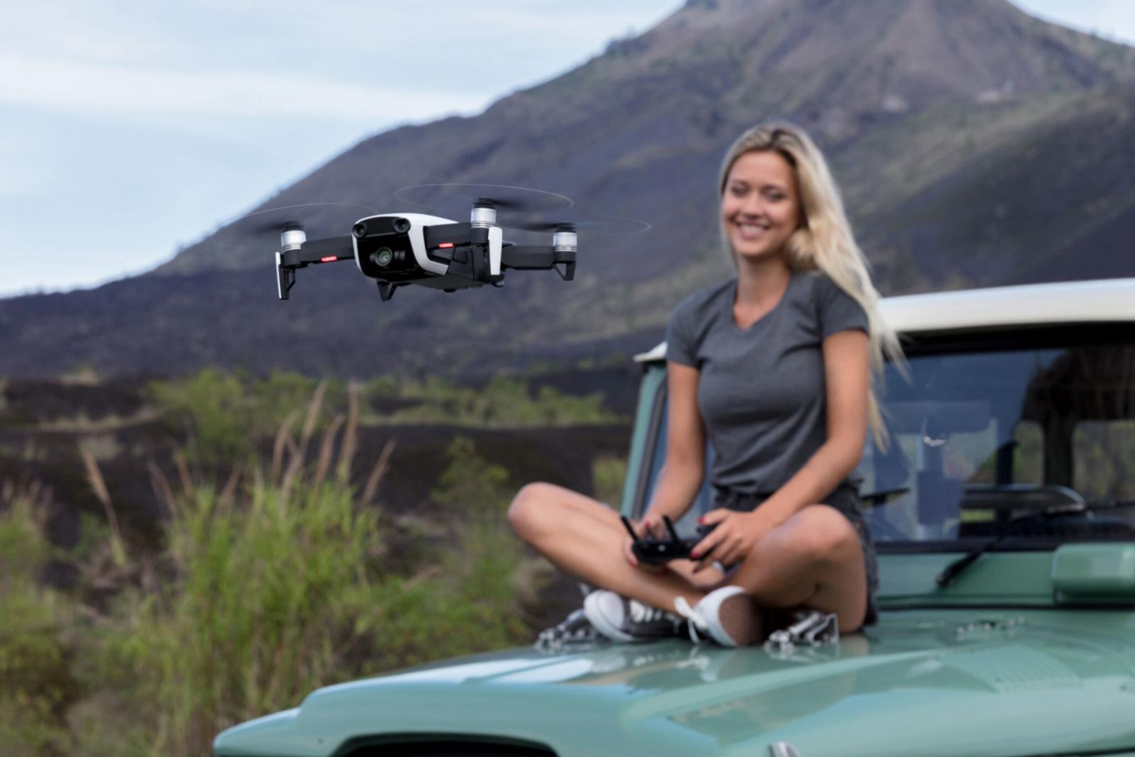 DJI Mavic Air - это компактный и высокотехнологичный дрон, который сохраняет 12 Мп фото и 100 Мбит/с 4К видео