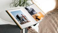 В альбом с самоклеющимися страницами можно поместить как школьные фотографии, так и старые портреты прадедов