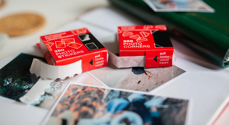 Теперь в наличии: фотонаклейки и фотоуголки Victoria Collection для крепления фотографий