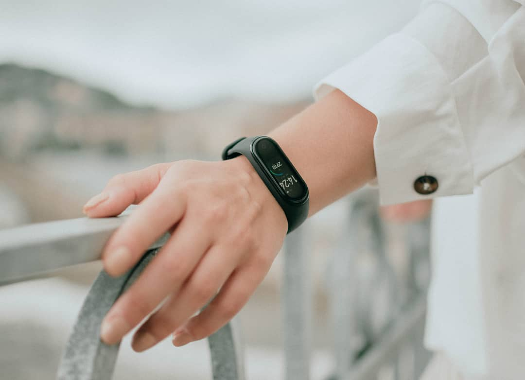 ПОДАРОК НА ОКОНЧАНИЕ УЧЕБЫ: умные браслеты серии Xiaomi Mi Band в продаже по летней цене