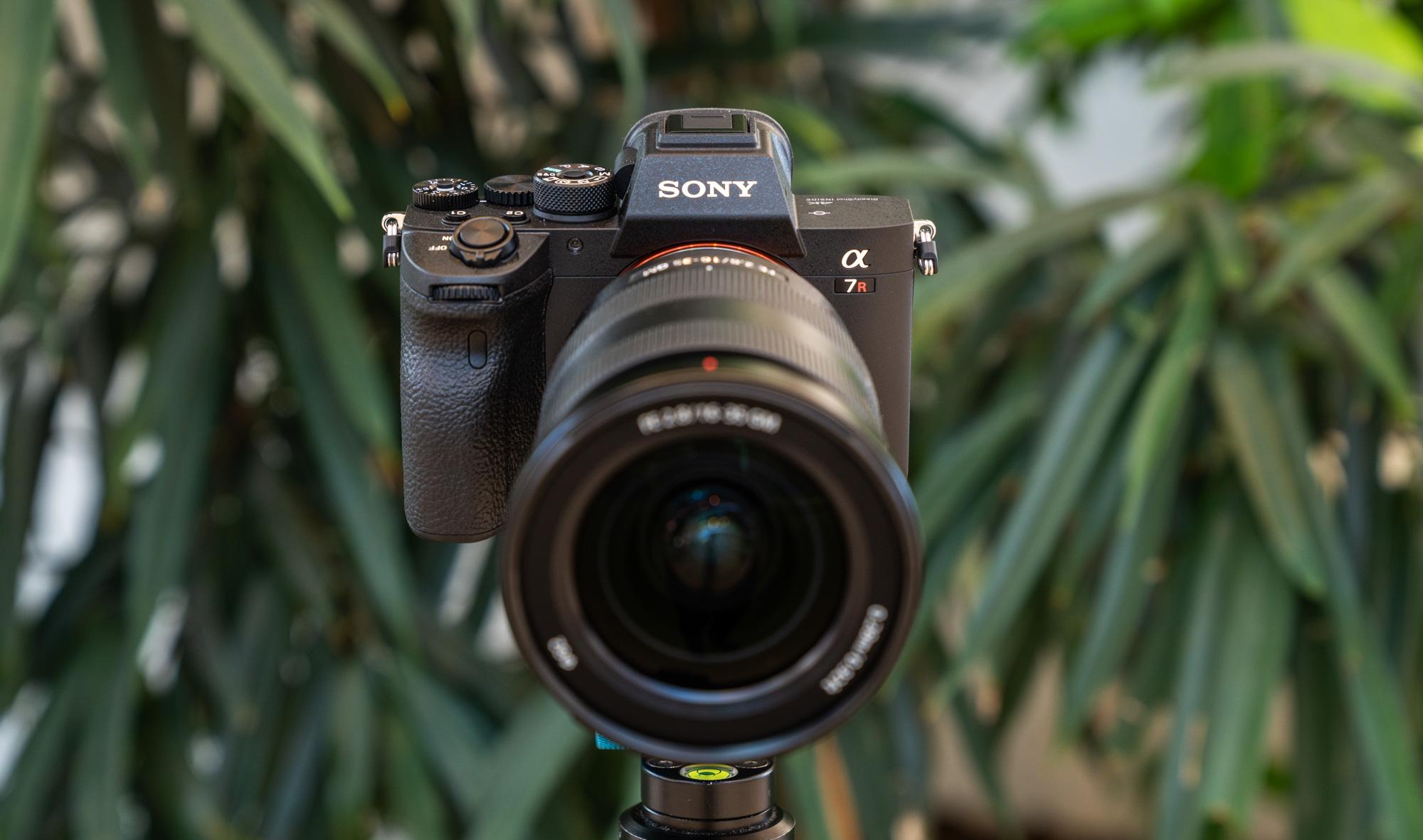 При покупке Sony a7R III или a7R IV + избранный объектив Sony FE получите скидку 350-600€