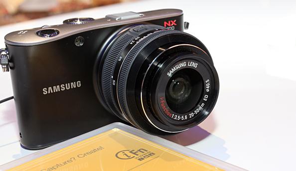 Käed küljes - Samsungi kompaktne hübriidkaamera NX100