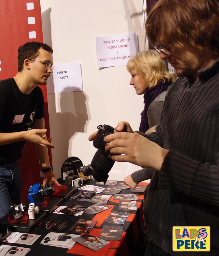 Tule Laps ja Pere messile Pentaxi kaameraid proovima