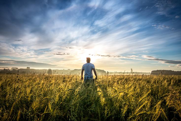 Fotograaf Poola viljapõldude vahel, hommikupäikest püüdmas