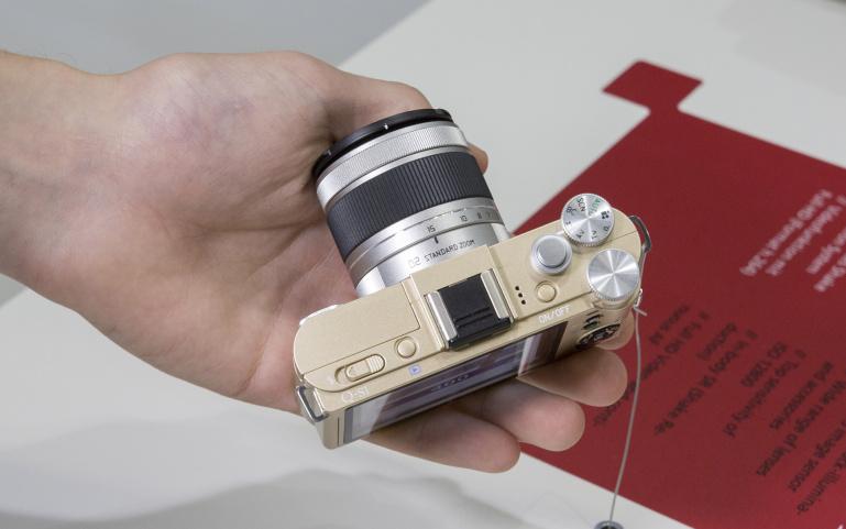 Pentax Q-S1 hübriidkaamera - käed küljes Photokina fotomessil