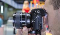 Samsunx NX1 hübriidkaameral käed küljes Photokina fotomessil