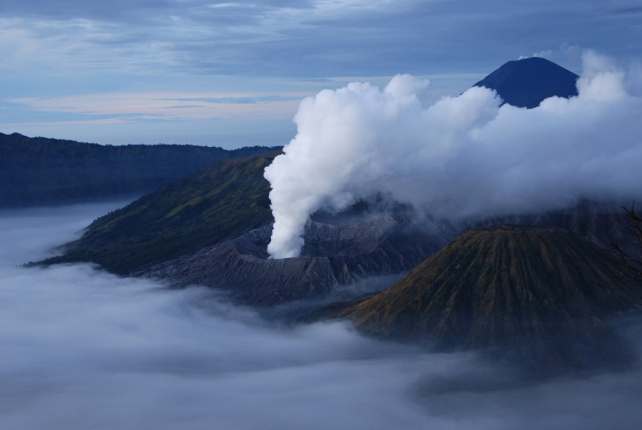 Kolm vulkaani udumeres enne koitu - Jaaval, Indoneesias