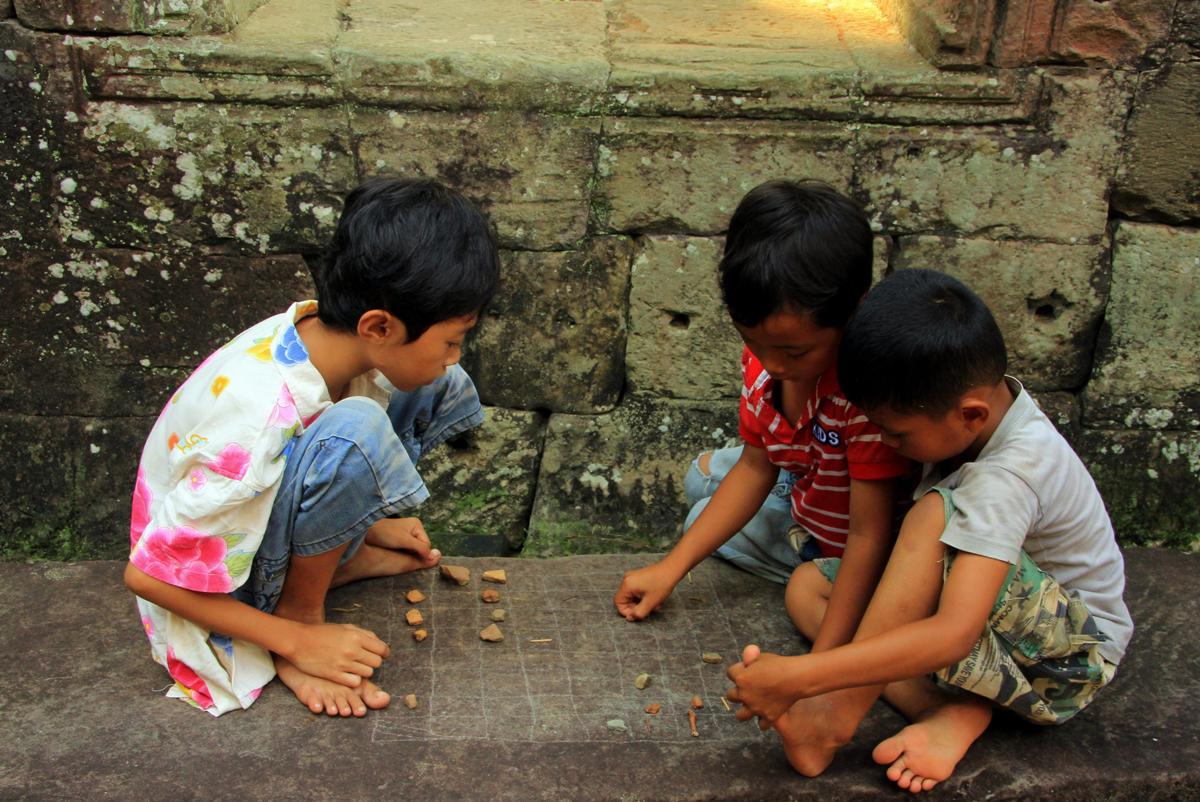 Sajanditevanune Angkor Wati tempel. Mänguhoos Kambodža poisid.