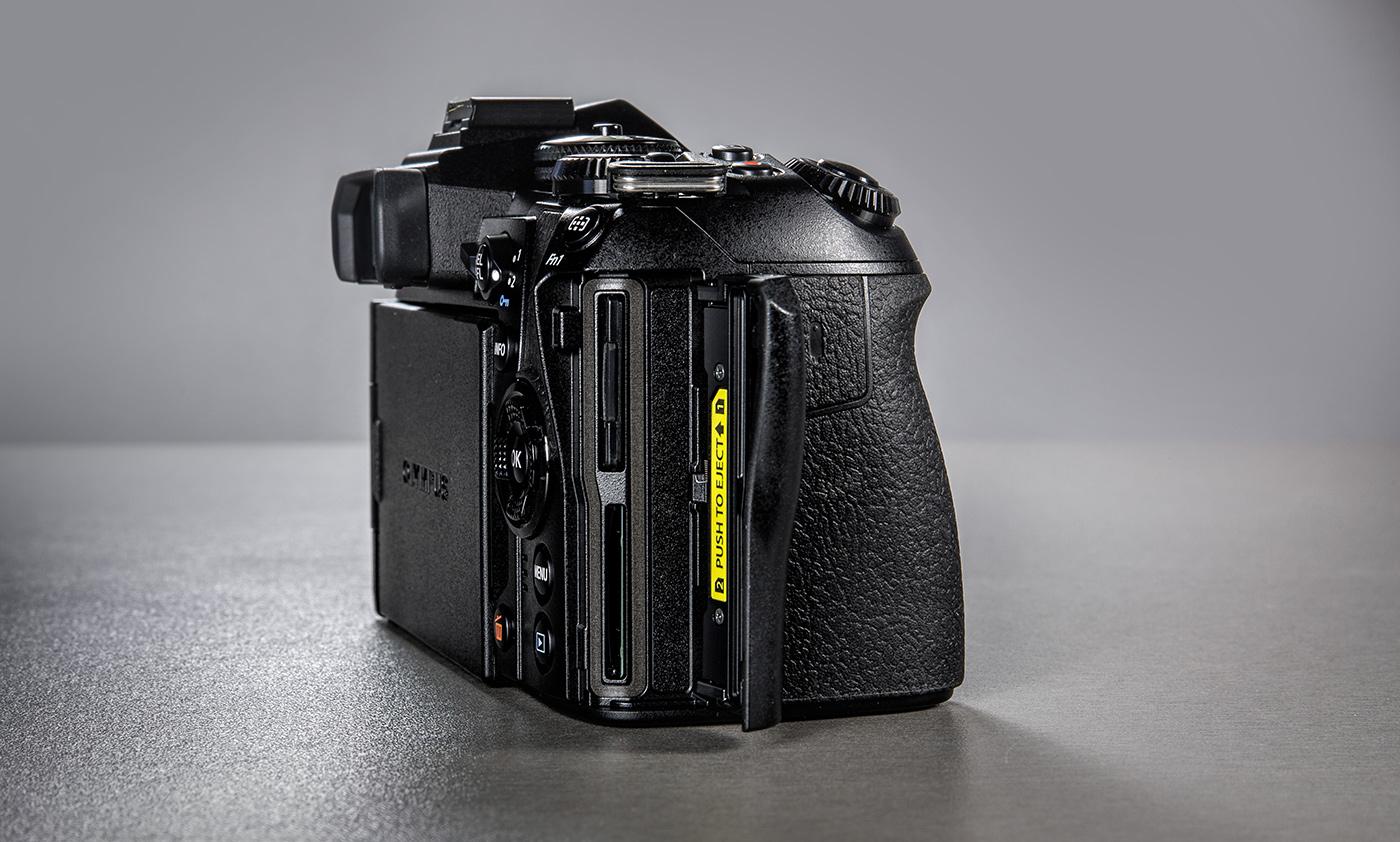 olympus-om-d-e-m-1-hybriidkaamera-photopoint-7-small