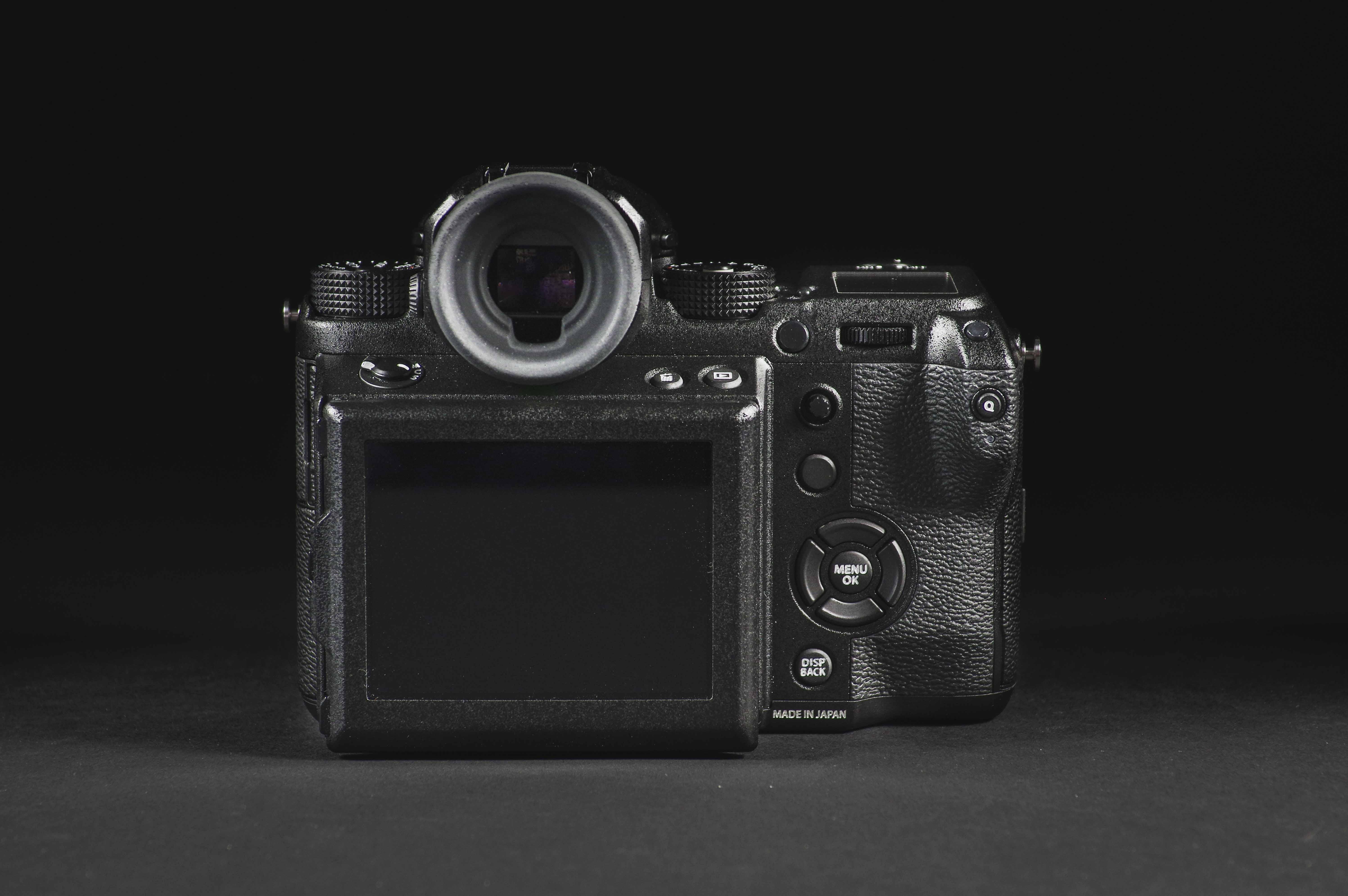 6c18dff5b84 Kaamera saabus meile koos kahe objektiiviga turvalises kohvris, et pakkuda  kaamerale tõelist kaitset. Siinkohal olekski hea rääkida selle  vastupidavusest.