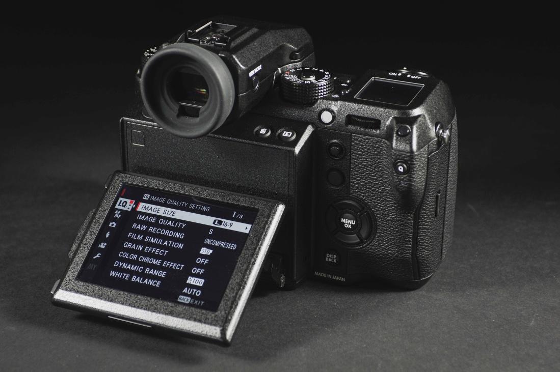 0125d937bd8 Lisaks on kaamera peale pandud väiksem lisaekraan, kuhu kuvatakse kaamera  põhiparameetrid. GFX 50S elektrooniline pildiotsija tuleb 3,69 miljoni  punktiga ...