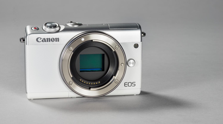 ce56c9d91fd Canon EOS M100 hübriidkaameraid on Photopointis olemas kolmes erinevas  värvitoonis. Klassikaline must, pruuni triibuga hõbedane ja peaaegu üleni  valge.