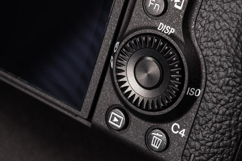 532967f2950 Joystick ja valikuratas kaamera tagumisel küljel.