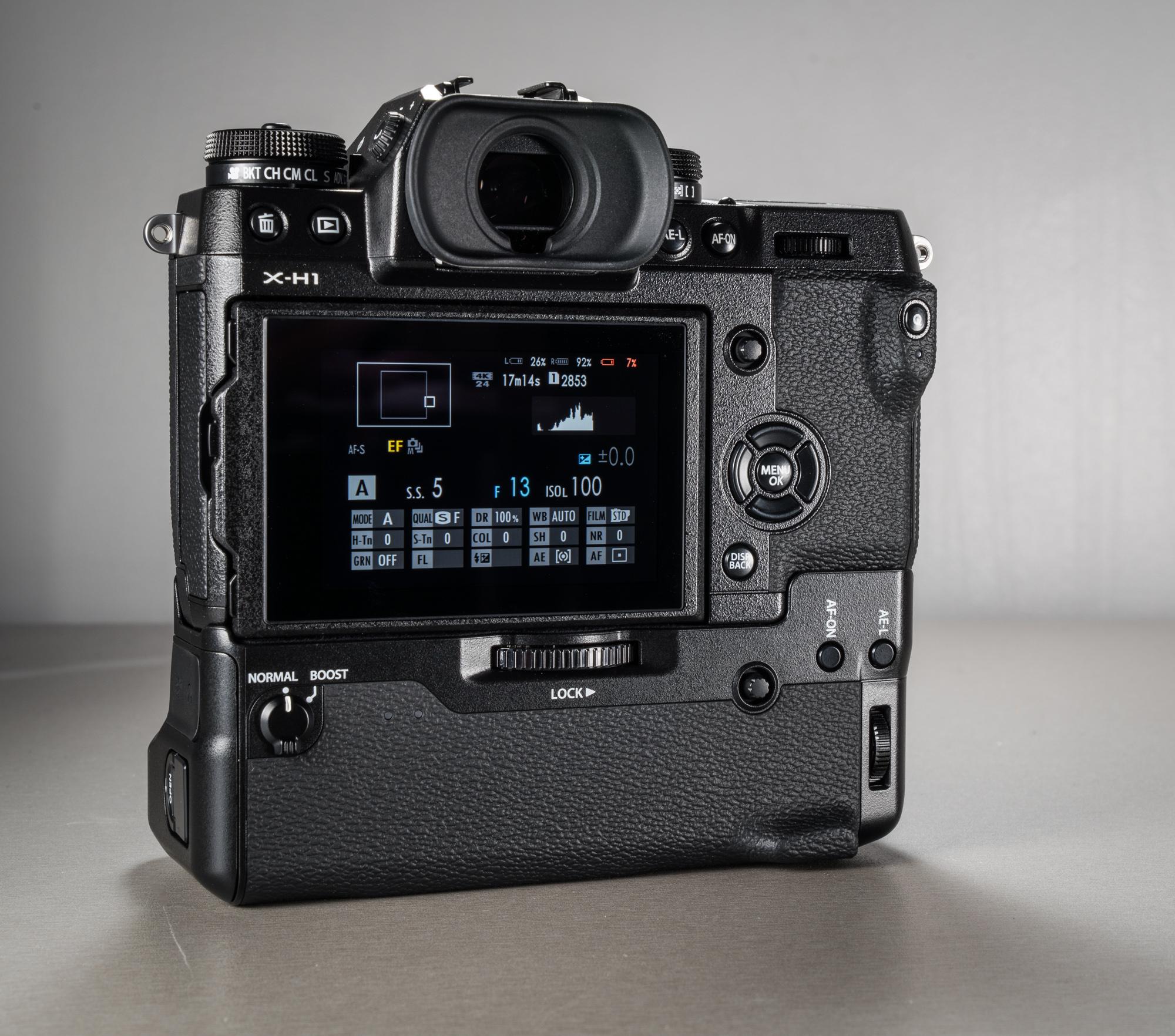 9d9cd941d1e Akutallale on dubleeritud päästik, valikukettad (mis toimivad täpselt  niisama hästi, nagu kaamera korpusel olevad kettad), Joystick, ...