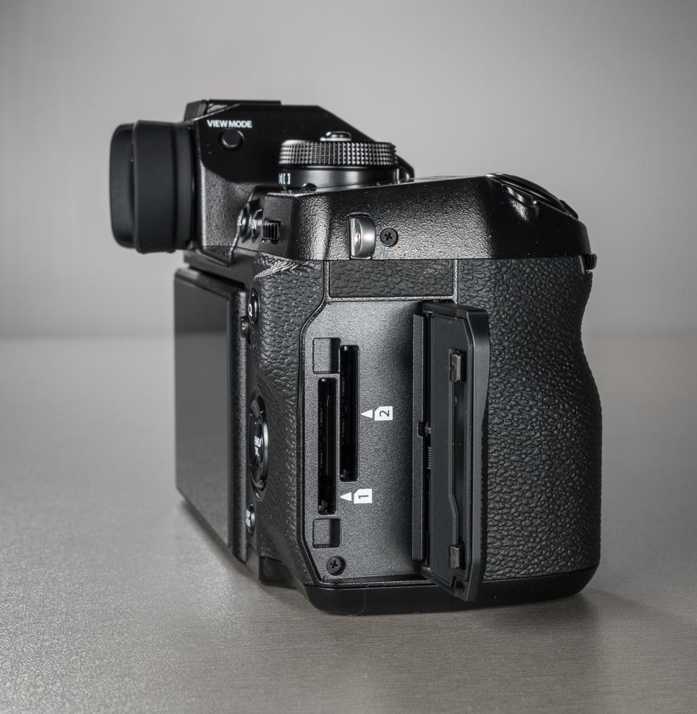 81d875e41ae Fujifilm X-H1 kaamera ühenduspesad on täpselt samad nagu X-T2 kaameral.  Esiküljel on välgusünkro pesa, parempoolse plastikust klapi all on 3,5 mm  ...