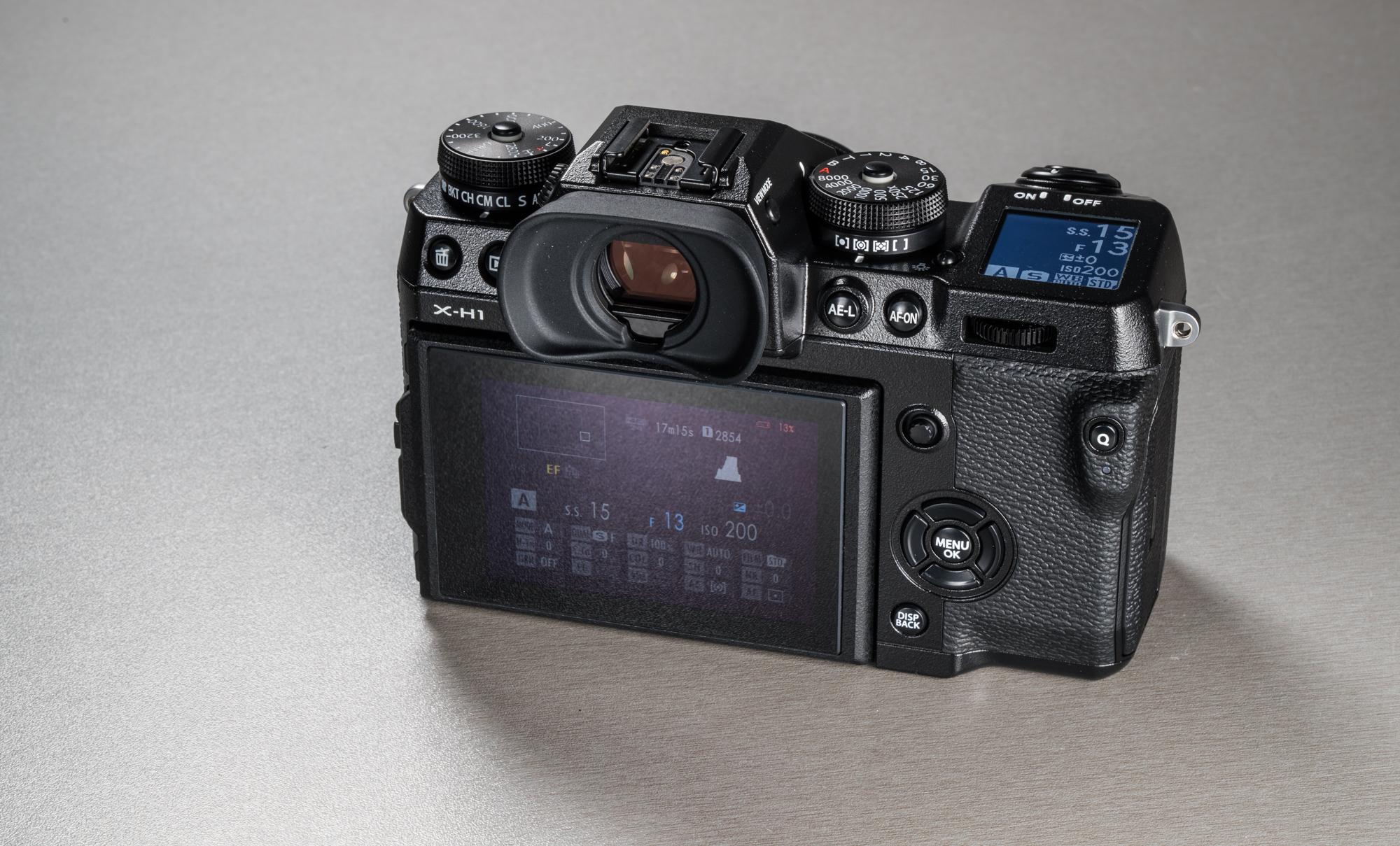 ab21ca6bc70 Kaamera peal on juhtketaste kaskaad – Fujifilmi X-seeria hübriididele  omaselt ei leia kaamera pealt tavalist särirežiimide ketast – sedasama,  ...