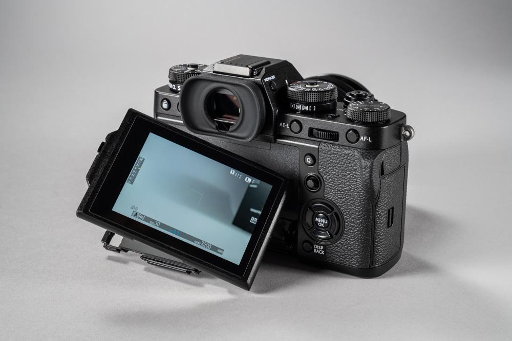 64ef2fd315a Fujifilm X-T1 tagumine 3″ LCD-ekraan mahutab 1 040 000 pikslit – korralik  teravus, aga mitte midagi erilist. See-eest saab seda ekraani aga  tavalisest ...