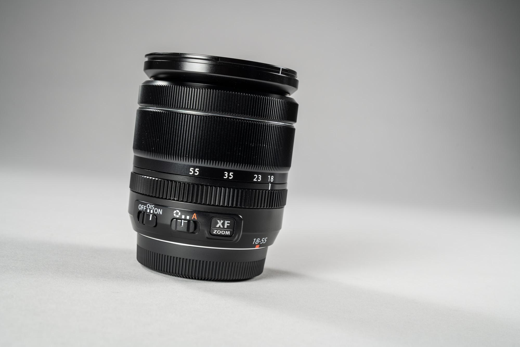 7f69fd21f43 Siin karbist välja võetavas komplektis on kaamerakerele seltsiks 18-55mm  f/2.8-4 standardsuum. Selle avarõngal ei ole fikseeritud avaväärtusi.