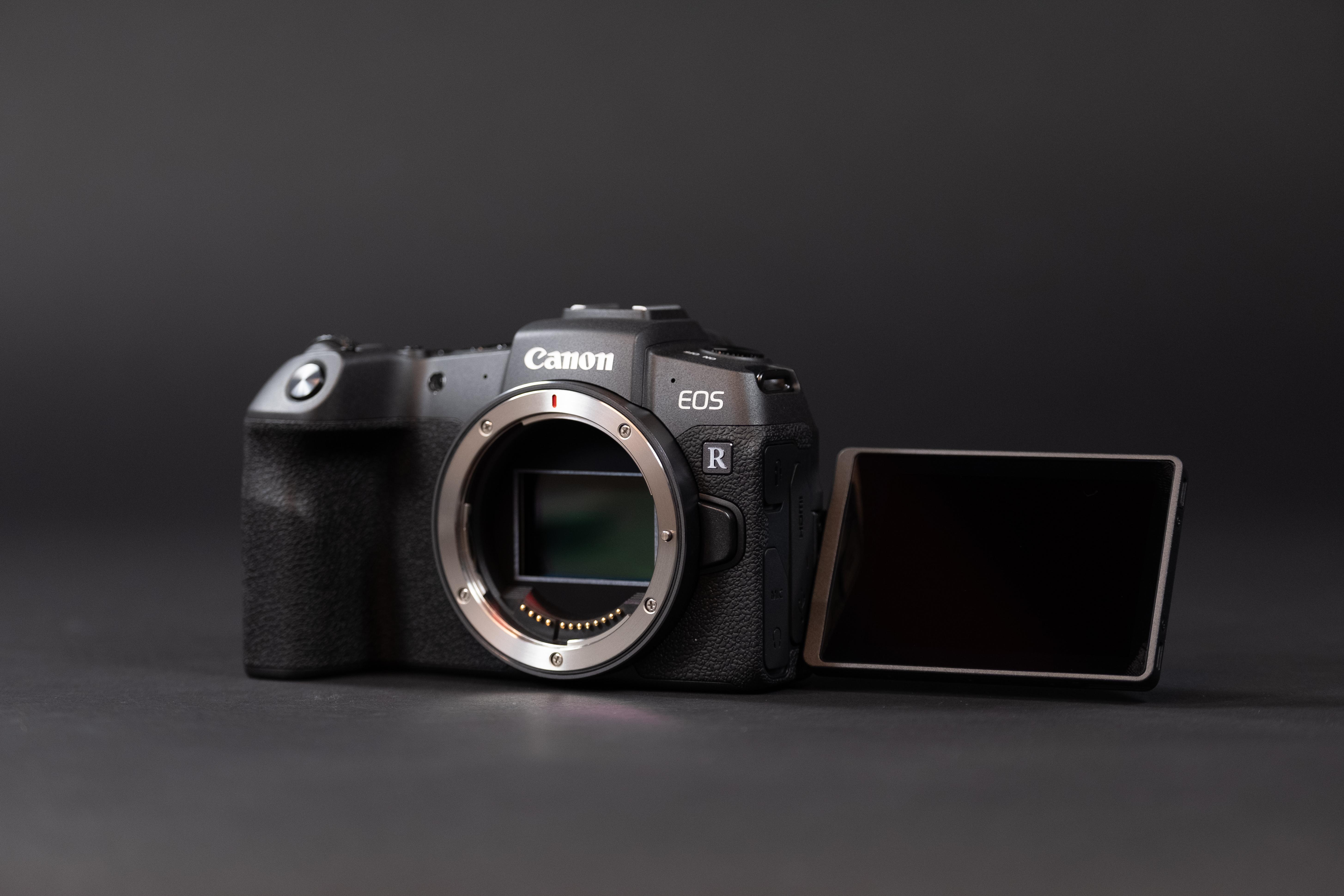 Vaata, mis peitub uue Canon EOS RP täiskaader hübriidkaamera karbis