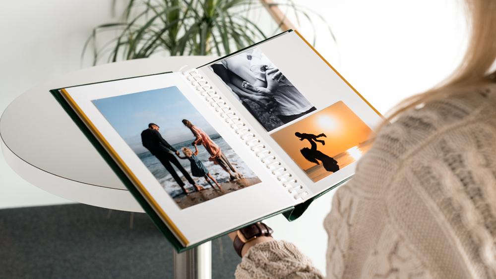 Iseliimuvate lehtedega fotoalbum