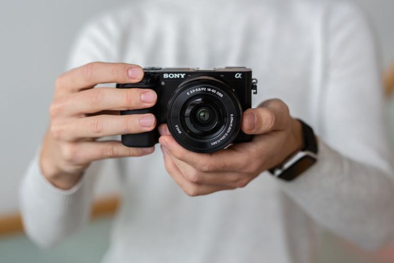 Karbist välja: Sony a6100 hübriidkaamera koos 16-50mm komplektobjektiiviga